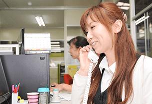 株式会社プレミアムロジックス 電話を受ける女性社員